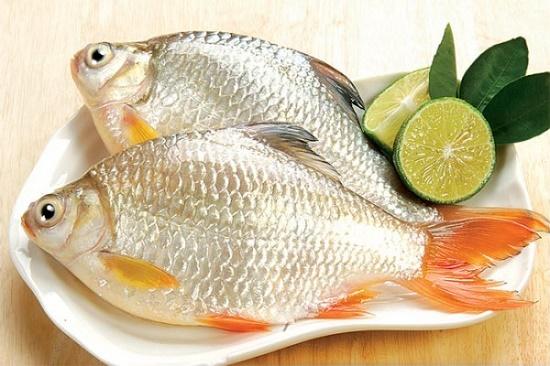 đánh vảy cá bằng cách dùng giấm