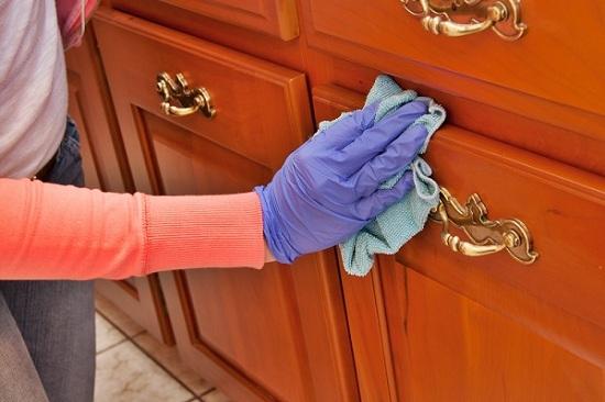 Làm sạch những vết bẩn bám lâu ngày trên tủ