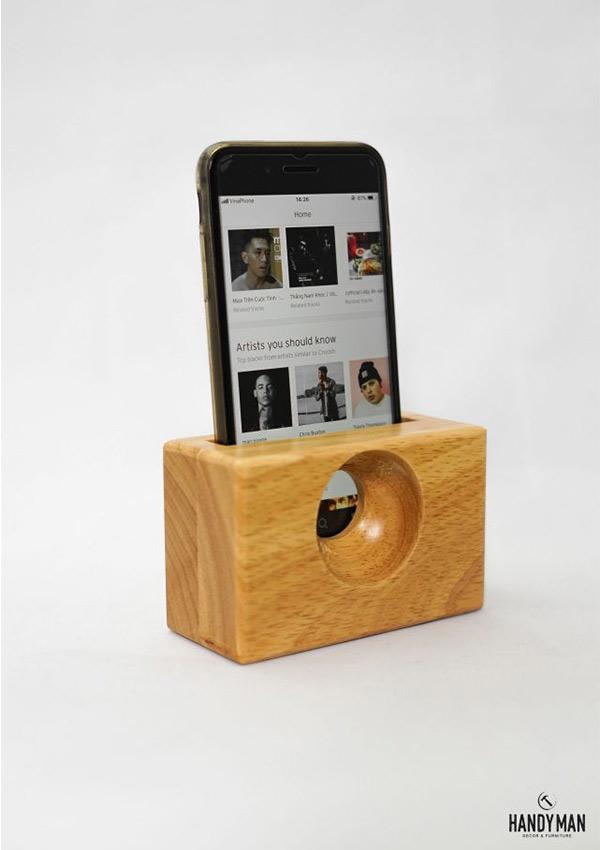 Chiếc loa được làm từ gỗ cao su còn nguyên vân rất bắt mắt